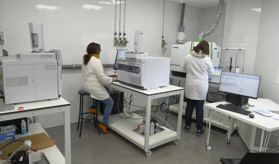 Dos profesionales trabajan en los laboratorios de la empresa Tropiclab S.A.