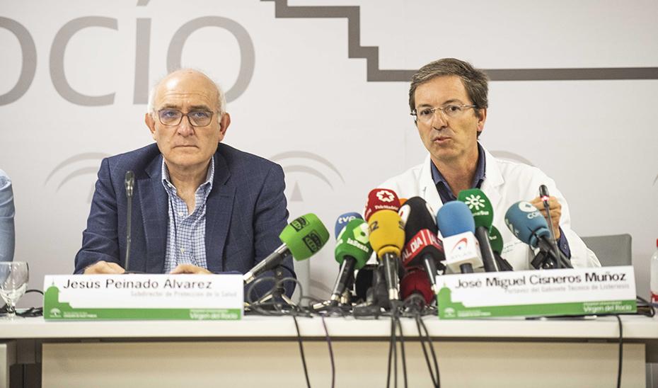 El portavoz del gabinete técnico, José Miguel Cisneros, junto al subdirector de Protección de la Salud.