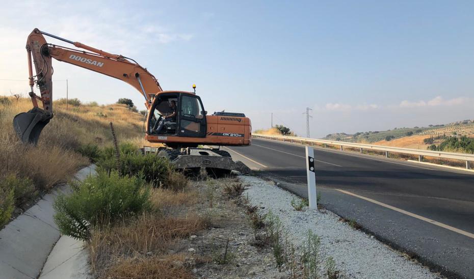 Trabajos de emergencia en la carretera que conecta Santa Cruz del Comercio con Alhama de Granada (A-402).