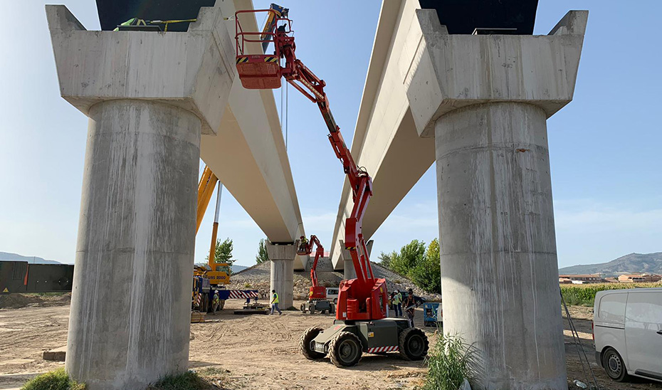 Grúas en plena colocación de las vigas del nuevo puente de Huétor Tajar sobre el Genil.