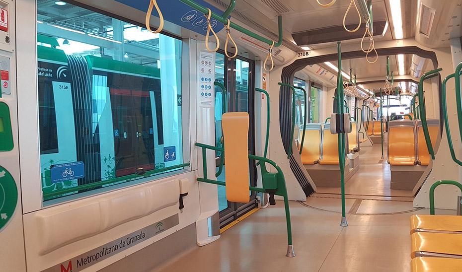 Nuevos elementos de seguridad instalados en uno de los trenes del metro de Granada.