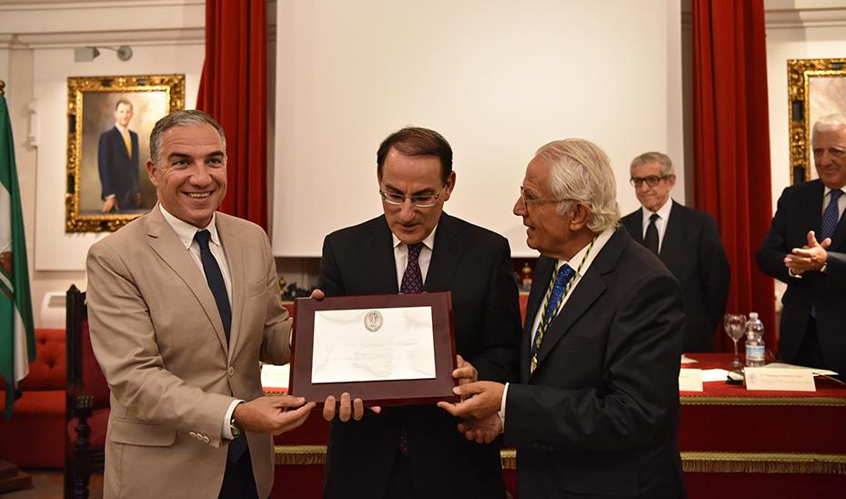 Elías Bendodo, durante la entrega del premio a la CEA.