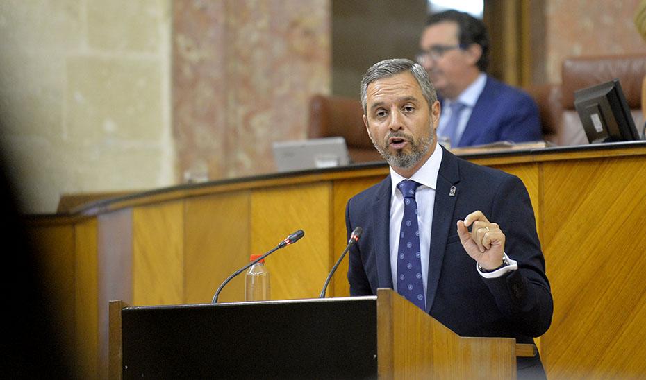 El consejero Juan Bravo durante su intervención en el pleno del Parlamento.