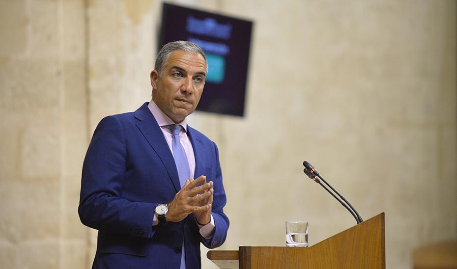 Elías Bendodo, durante su intervención en el Pleno del Parlamento.