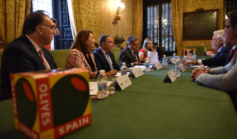 Los consejeros Elías Bendodo y Carmen Crespo, reunidos para presentar la promoción de la aceituna de mesa.