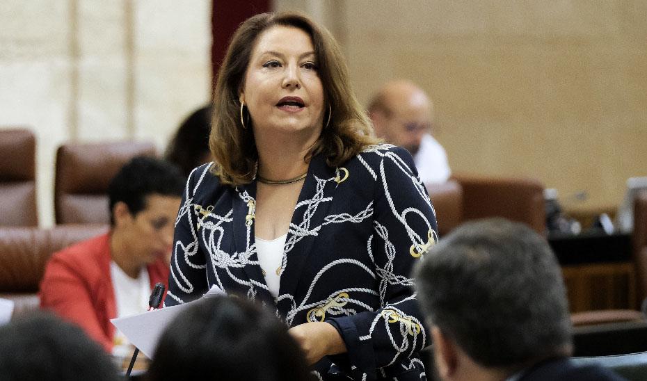 Carmen Crespo respondiendo a una pregunta en el pleno del Parlamento.