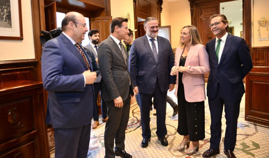 La consejera de Fomento realizó su primera visita institucional al Ayuntamiento de Granada, donde se reunión con el alcalde.