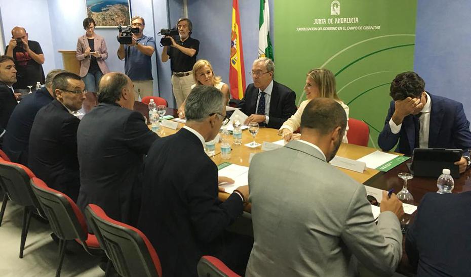 El consejero de Economía, Conocimiento, Empresas y Universidad, Rogelio Velasco, ha ha mantenido una reunión con los alcaldes de la Mancomunidad del Campo de Gibraltar para presentarles el Programa Andaluz de Medidas de Preparación y Contingencia frente al Brexit.
