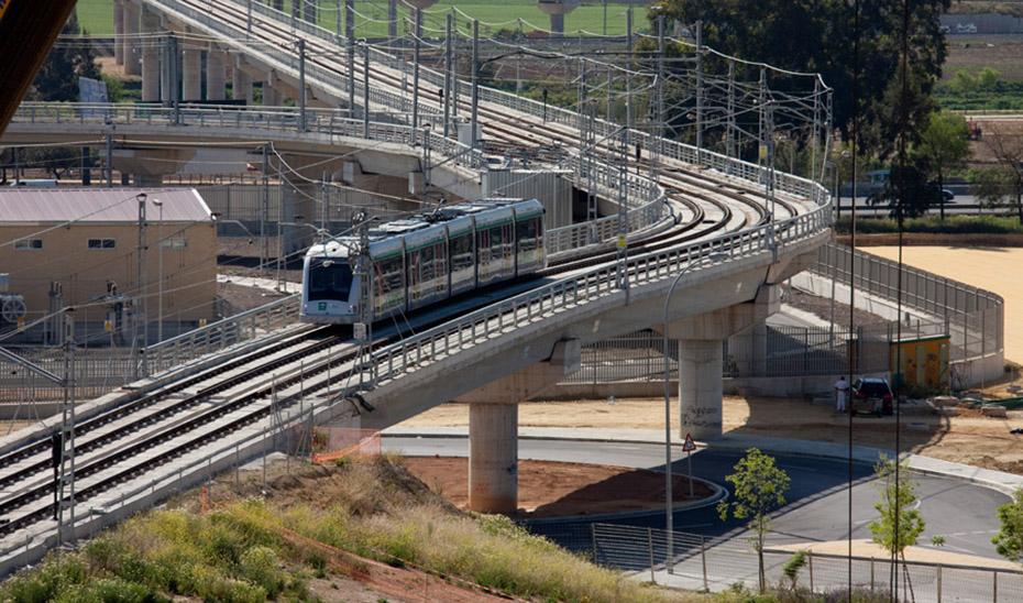 Uno de los trenes del Metro de Sevilla bajando desde el Aljarafe hacia la capital hispalense.