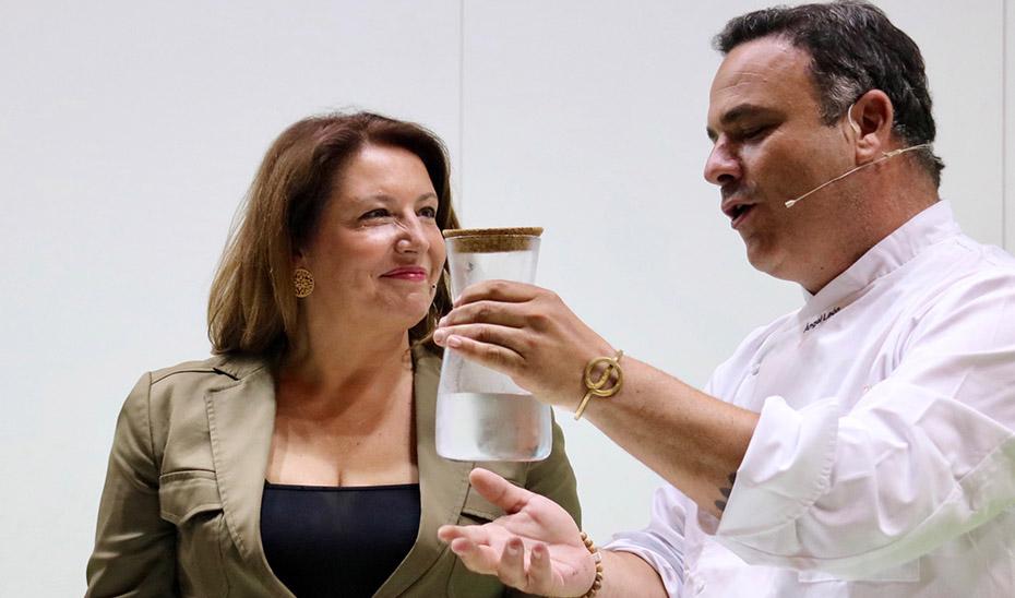 La consejera Carmen Crespo junto al chef Ángel León este lunes en la inauguración en Fibes de la nueva edición de Andalucía Sabor.