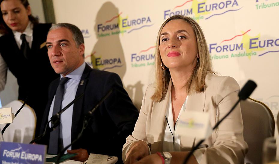 La consejera Marifrán Carazo, junto a Elías Bendodo, encargado de presentarla.