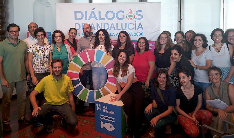 Rocío Ruiz posa junto a algunos de los participantes en la jornada.