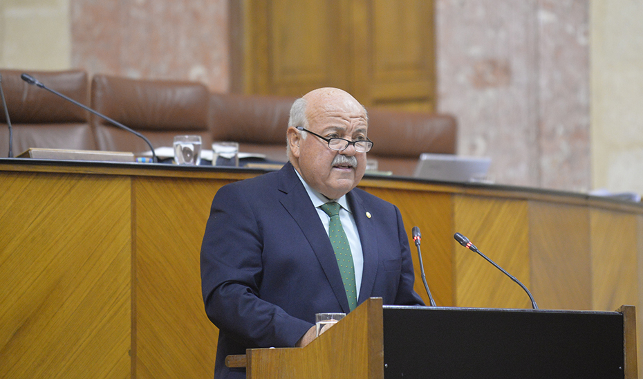 El consejero de Salud y Familias, Jesús Aguirre, durante su comparecencia en el Parlamento de Andalucía.