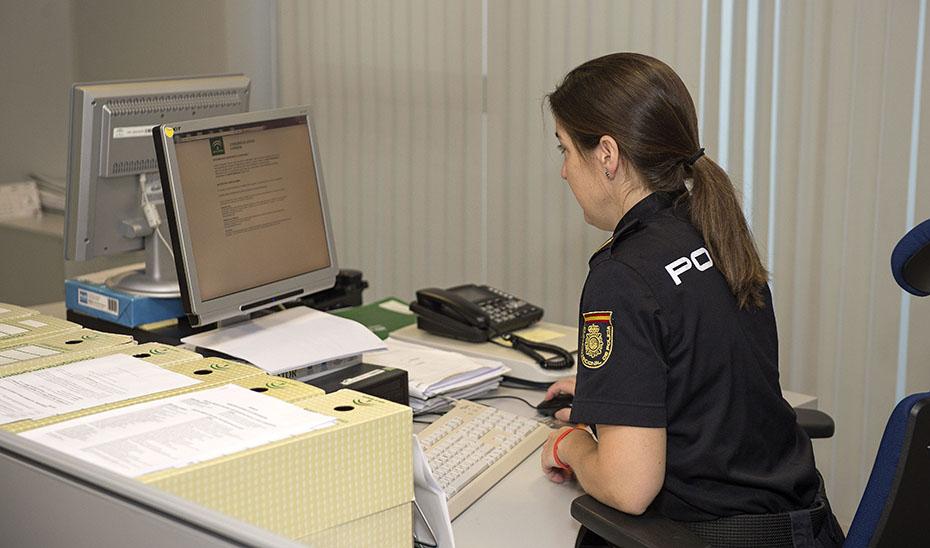 Una agente perteneciente a la Unidad del Cuerpo Nacional de Policía Adscrita a la Comunidad Autónoma de Andalucía.