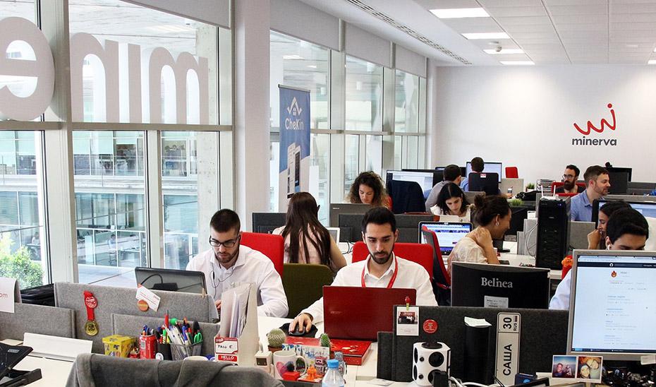 Emprendedores asociados al Programa Minerva trabajando en sus proyectos de innovación tecnológica.