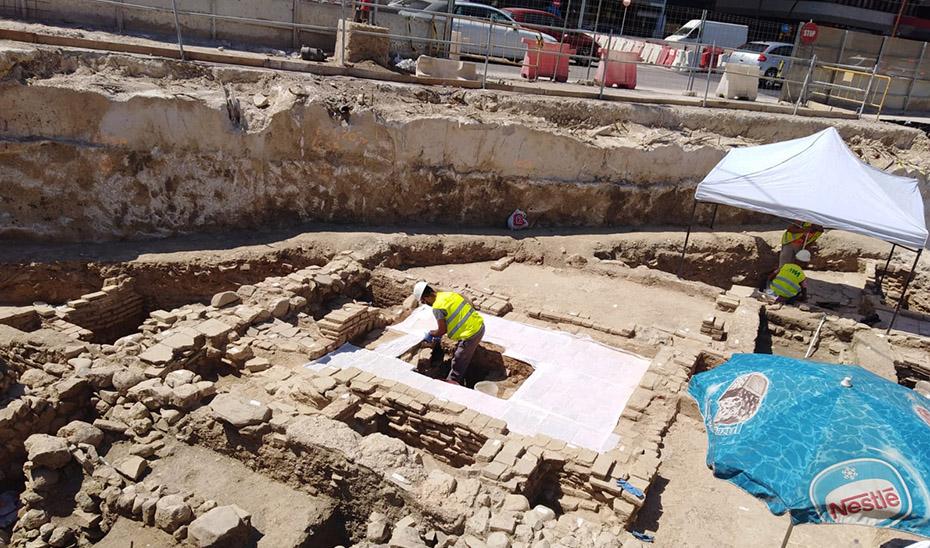 Trabajos de conservación de los nuevos restos arqueológicos hallados y que servirán para su musealización por el metro de Málaga.