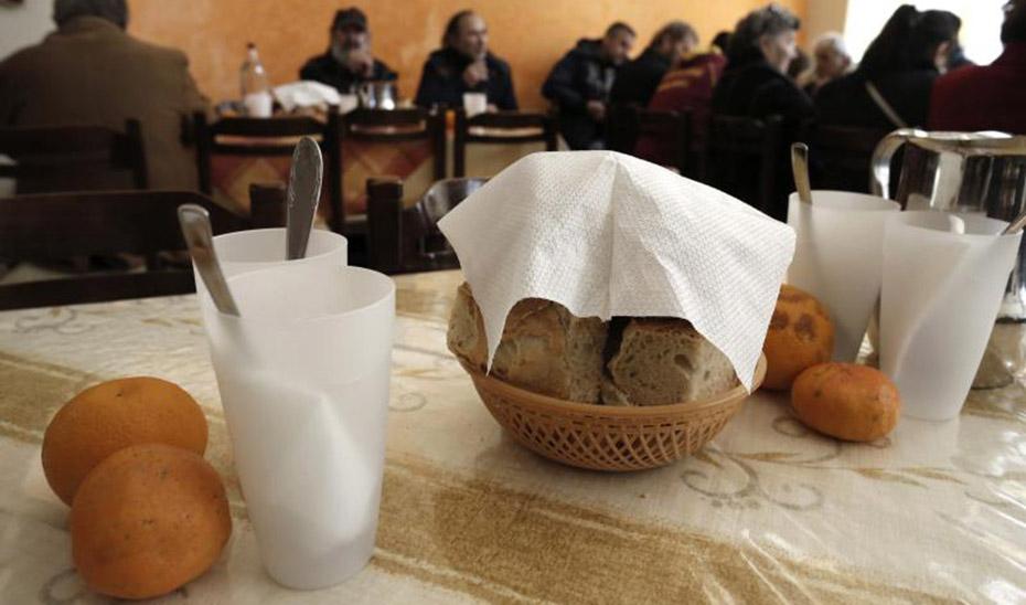 Usuarios desayunando en un comedor social. (Foto: Efe)