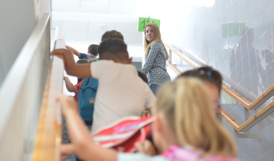 Un grupo de escolares se dirige a su aula.