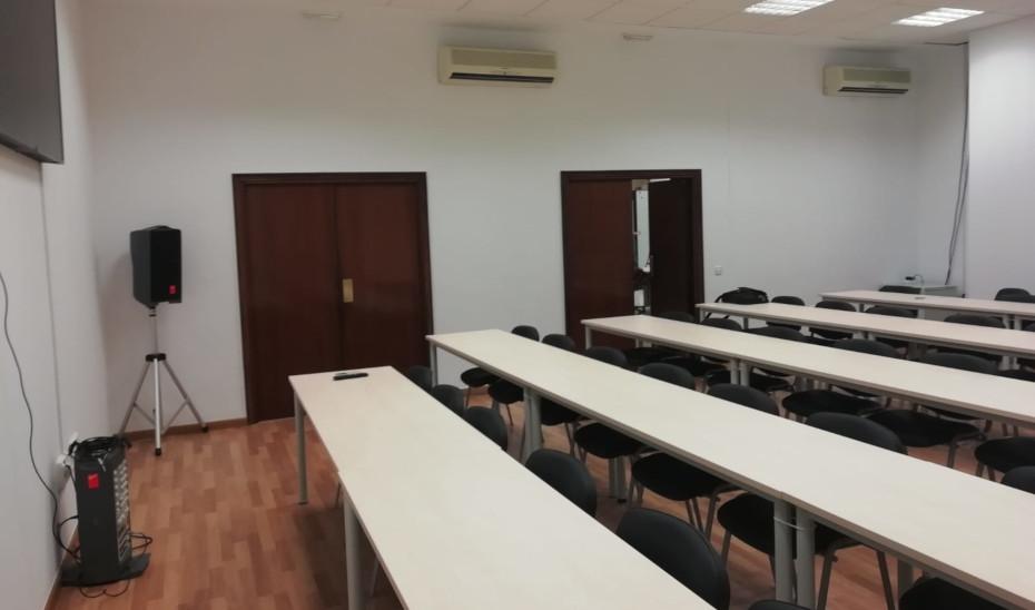 Una de las salas de la Audiencia provincial de Almería acondicionadas.