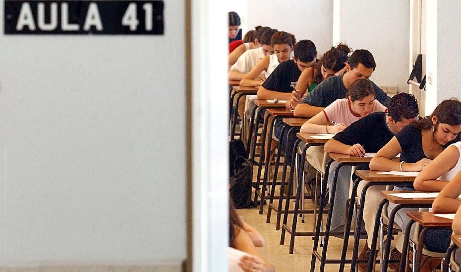 Estudiantes realizan uno de los exámenes de Selectividad. Estudiantes realizan uno de los exámenes de Selectividad. (Foto EFE)