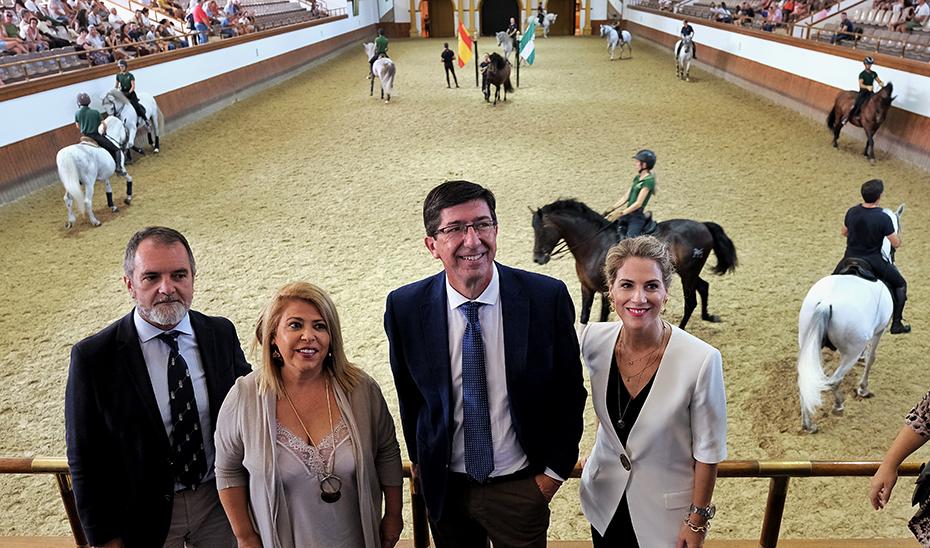 Juan Marín, junto al resto de autoridades, en un momento de su visita a la Real Escuela Andaluza de Arte Ecuestre.