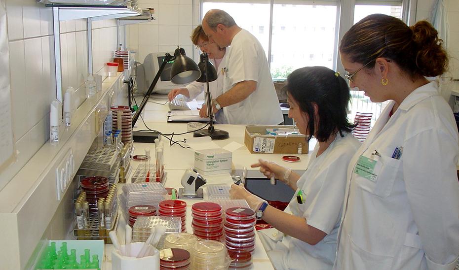 Analizando las muestras clínica en un laboratorio del SAS.