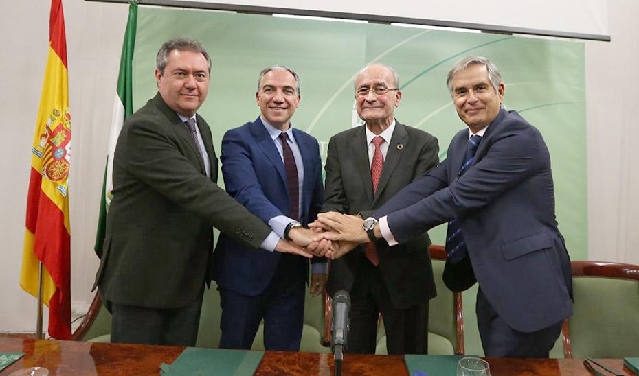 El consejero Elías Bendodo, junto a los alcaldes de Sevilla y Málaga y el responsable del RACE.