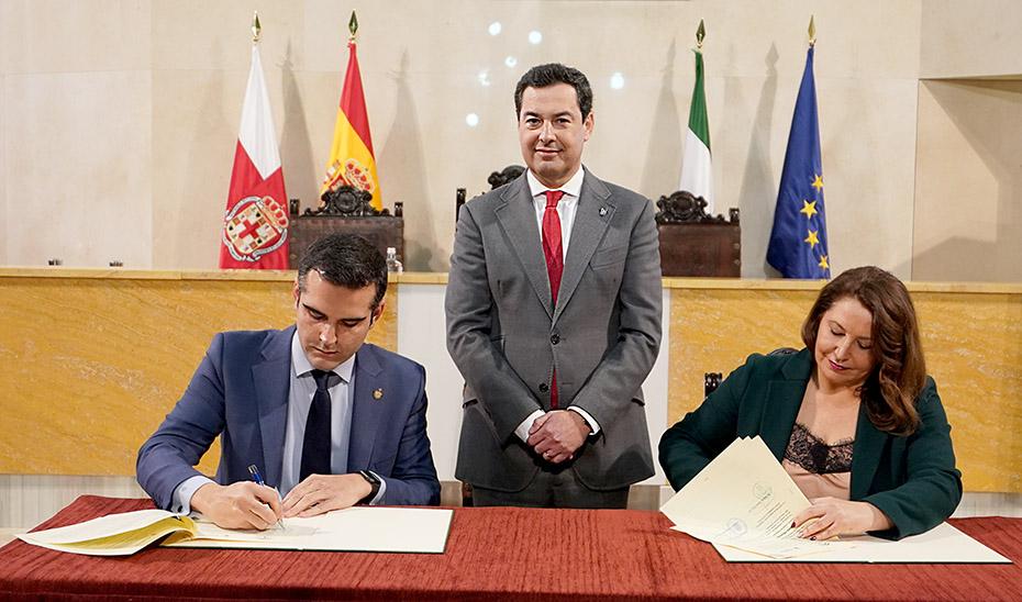 El presidente asiste al momento de la firma del convenio entre la consejera Carmen Crespo y el alcalde de Almería.