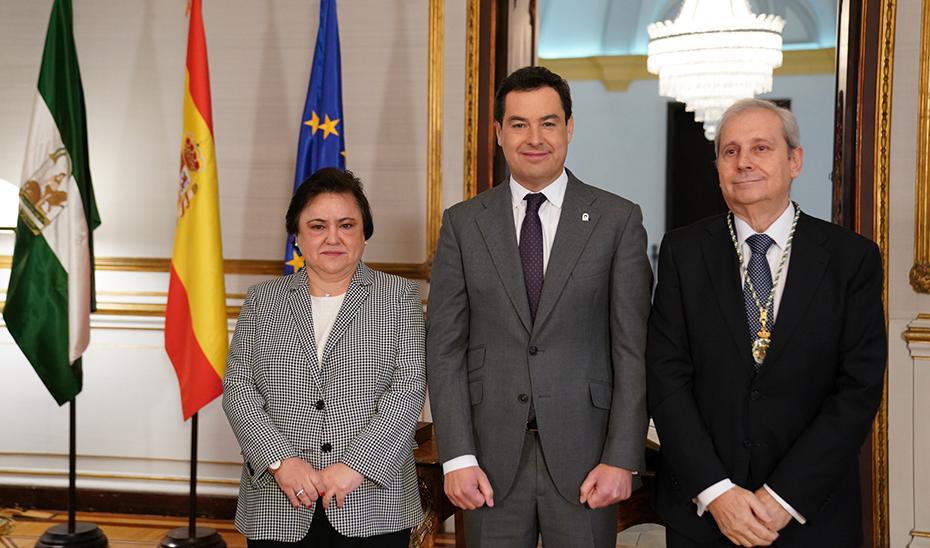 La presidenta del Consejo, María Jesús Gallardo; Juanma Moreno y Antonio Dorado, tras la toma de posesión del cargo.
