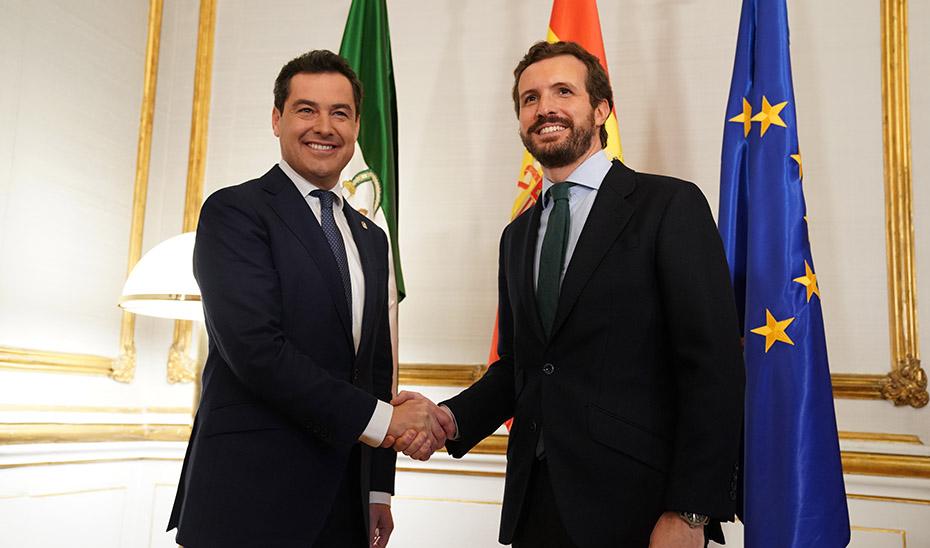 Juanma Moreno y Pablo Casado, al inicio del encuentro mantenido en el Palacio de San Telmo.