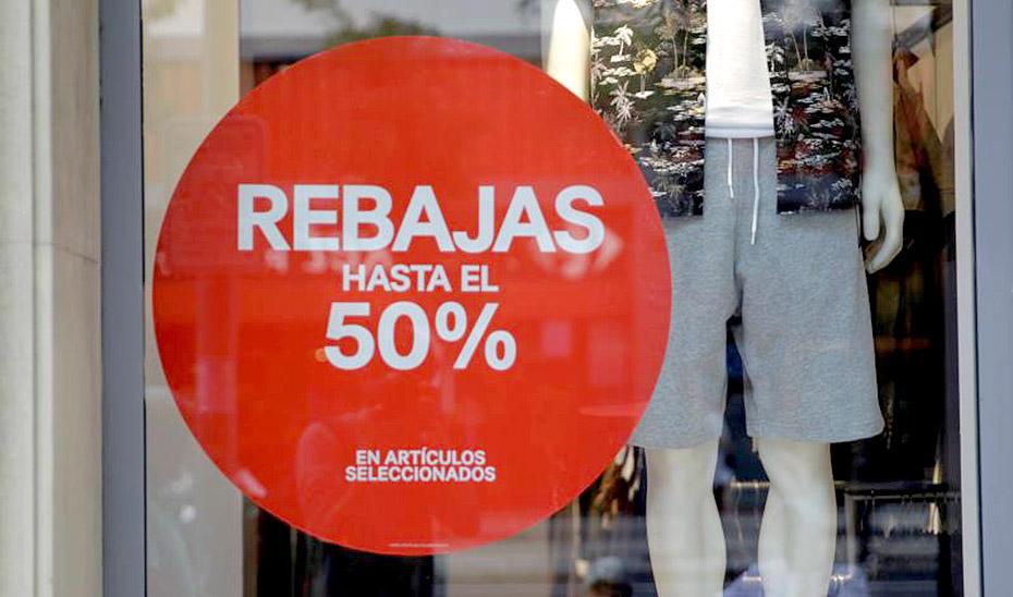 Un cartel en el escaparate de un comercio advierte de descuentos en el periodo de rebajas.