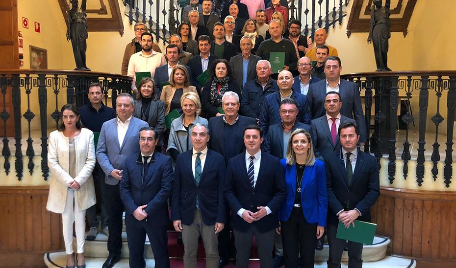Elías Bendodo, junto a los alcaldes que firmaron la integración de sus servicios de emergencias en el 112.
