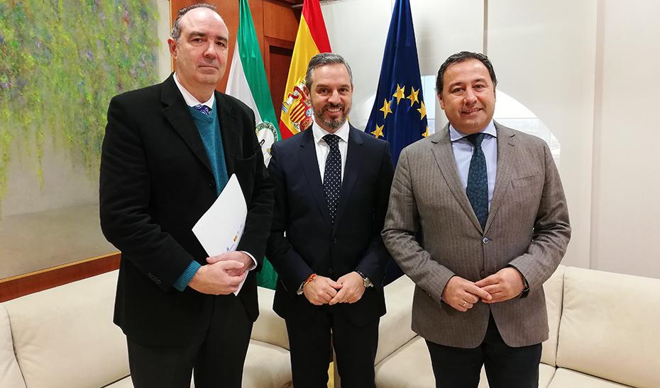 El consejero de Hacienda, entre el Comisionado para el Polígono Sur y el delegado del Gobierno en Sevilla.