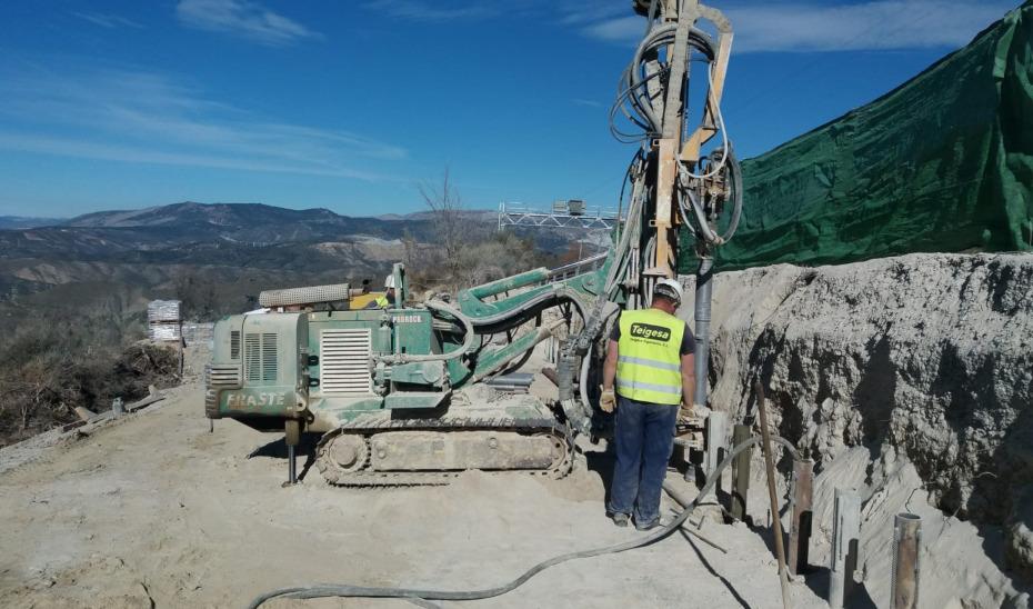 Un operario trabaja en las obras de emergencia de la carretera A-395, el principal acceso a Sierra Nevada.