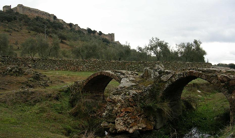El Puente de Arroyolimón a los pies del castillo de la localidad onubense de Santa Olalla del Cala.