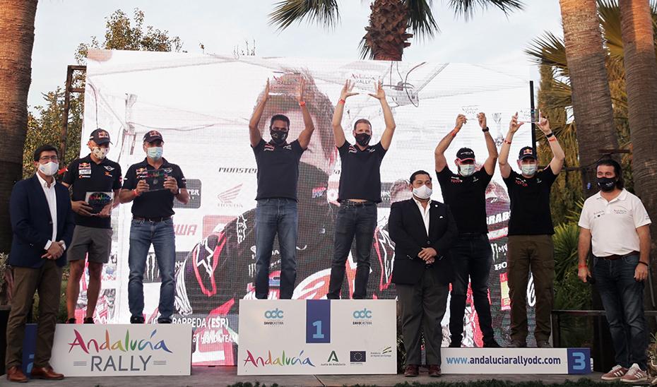 El vicepresidente de la Junta de Andalucía, a la izquierda, con el podio final de la prueba.