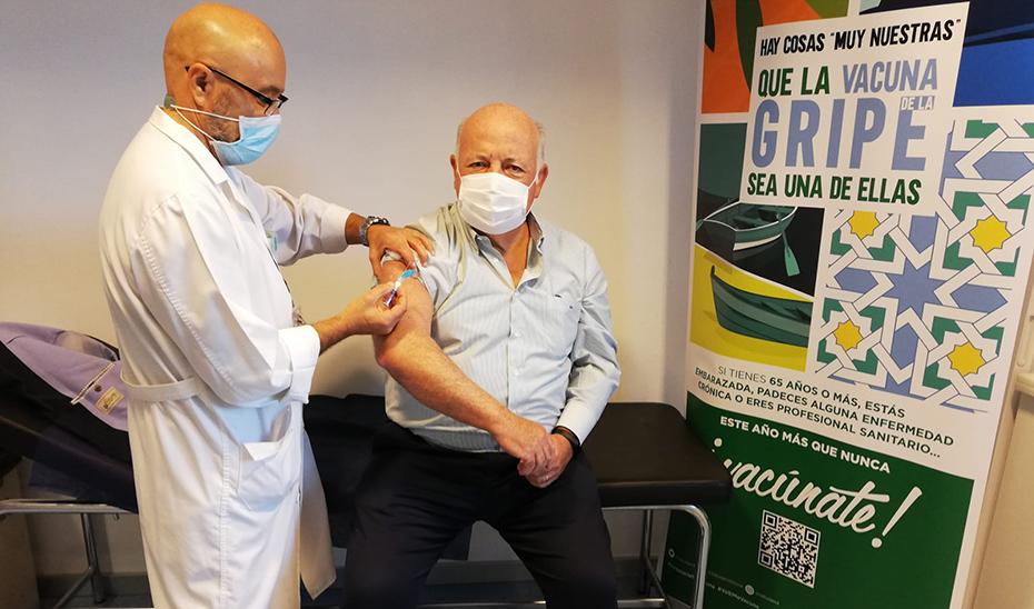El consejero de Salud, durante la administración de la vacuna antigripal.