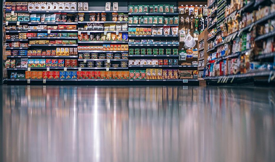 Estantes repletos de alimentos en una gran superficie.