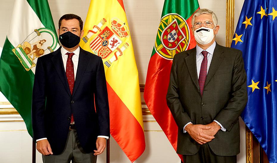El presidente Juanma Moreno, junto al embajador Portugal, João Mira-Gomes, en el palacio de San Telmo.