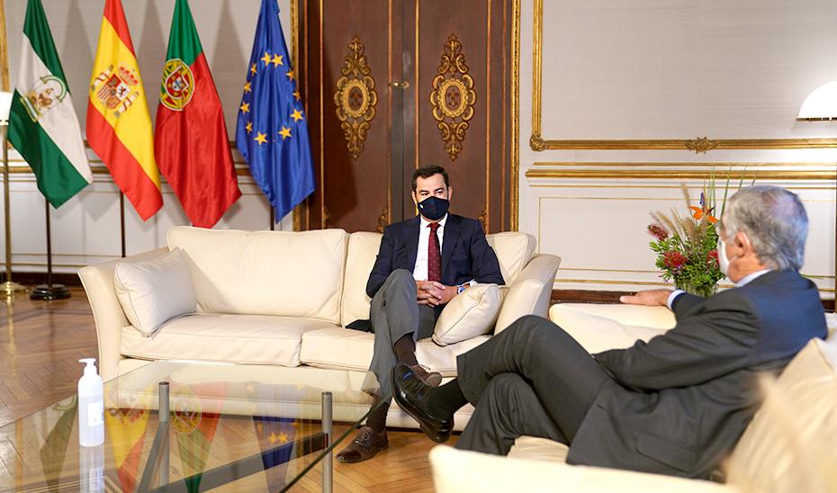 El presidente Juanma Moreno, conversa con el embajador de Portugal, João Mira-Gomes.