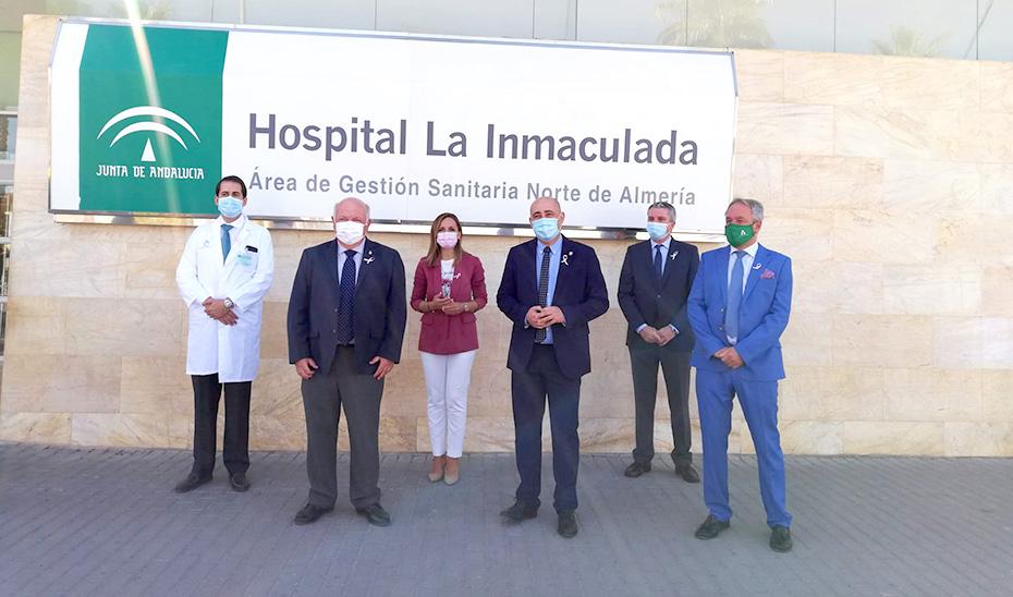 El consejero Jesús Aguirre, con algunos de los responsables del Hospital La Inmaculada, de Huércal Overa.