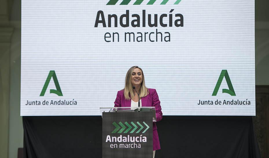 La consejera de Fomento, Marifrán Carazo, presentando este viernes en Granada el Plan Andalucía en Marcha.