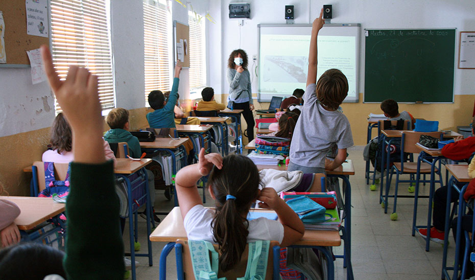 Alumnos del colegio público Almirante Laulhé, en San Fernando, en una de las jornadas formativas sobre el tranvía.