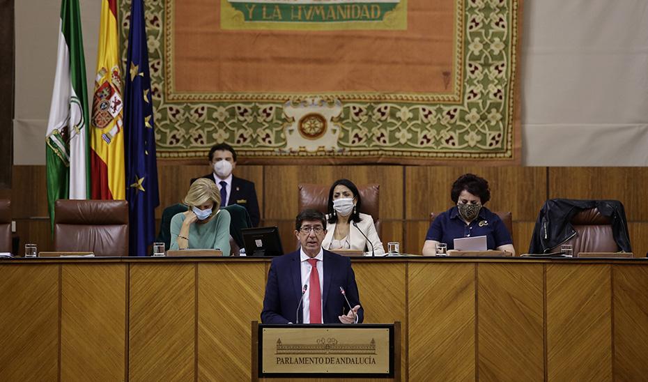 El vicepresidente y consejero de Turismo, Juan Marín, interviniendo hoy miércoles en el Parlamento desde la tribuna de oradores.