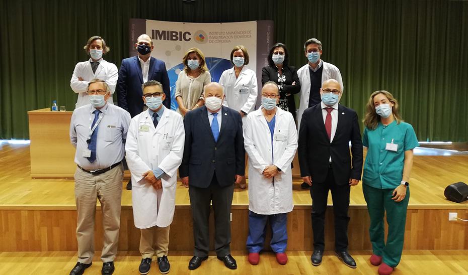 El consejero de Salud, Jesús Aguirre, con el equipo investigador que ha realizado el ensayo clínico en el Hospital Reina Sofía de Córdoba.