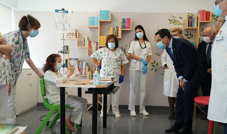 El presidente andaluz se dirige a una de las niñas ingresada en el nuevo Hospital Materno Infantil de Almería.