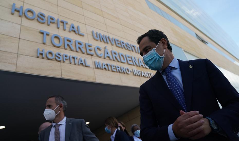 Juanma Moreno accede al nuevo Hospital Materno Infantil de Almería.