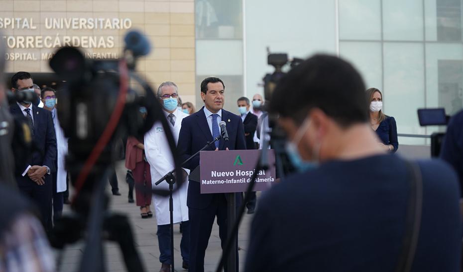 El presidente de la Junta, Juanma Moreno, interviene ante los medios de comunicación en la fachada del nuevo Hospital Materno Infantil de Almería.