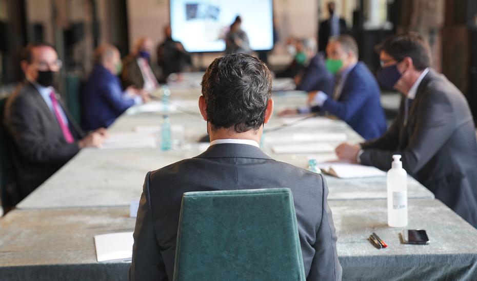 El presidente Juanma Moreno presidiendo la reunión del Gobierno andaluz con representantes de los empresarios.