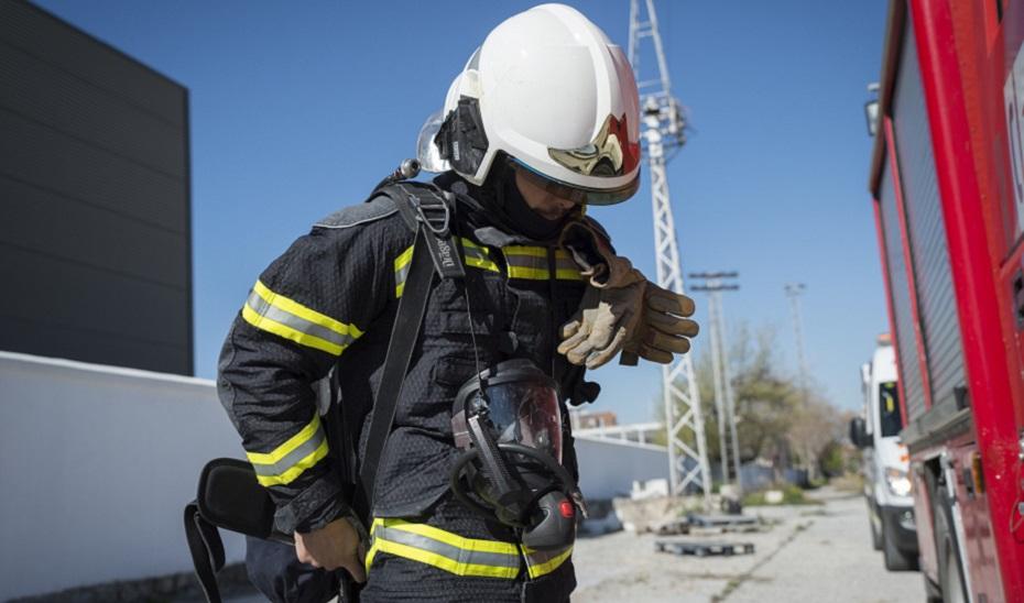 Un bombero durante una actuación.